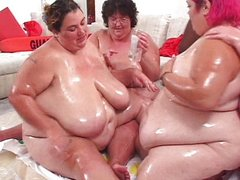 Fat chicks play twister
